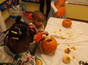 Making jack-o-lanterns in Preschool